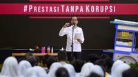 Presiden Joko Widodo berbincang dengan murid seusai menyaksikan drama bertajuk Prestasi Tanpa Korupsi di SMKN 57 Jakarta, Jakarta Selatan, Senin (9/12/2019). Kegiatan tersebut dalam rangka memperingati Hari Antikorupsi Sedunia. (Liputan6.com/Biropres Kepresidenan)