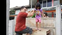 Terlibat sengketa, keluarga di Jalan Kavling Brebes, Ciledug, Kota Tangerang harus lompati tembok beton untuk ke rumah dan tempat usaha. (Liputan6.com/Pramita Tristiawati)
