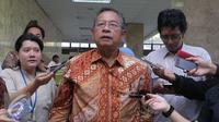 Darmin Nasution memberikan keterangan pada wartawan di Gedung Menko Perekonomian, Jakarta,Kamis (15/10/2015). Sosialisasi di lakukan untuk memberikan penjelasan paket kebijakan jilid IV yang dikeluarkan pemerintahan Jokowi-Jk. (Liputan6.com/Angga Yuniar)