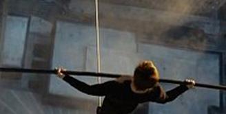 Joseph Gordon Levitt memerankan tokoh Philppe Petit di film 'Walk', seorang pemberani yang berjalan di atas kawat setinggi 1.300 kaki di antara gedung kembar New York tanpa satu pun pengaman. (via dailymail.co.uk)