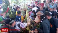 Warga saat berebut tumpeng yang berisa palawija hadis bumi dusun Simbar. (Times Indonesia/ Erwin Wahyudi)
