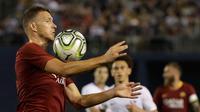 Penyerang AS Roma, Edin Dzeko mengontrol bola saat bertanding melawan Tottenham Hotspur pada pertandingan International Champions Cup di San Diego (25/7). Tottenham menang telak 4-1 atas Roma. (AP Photo/Gregory Bull)