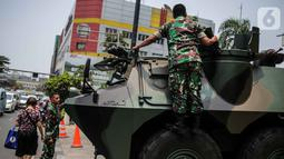 Prajurit TNI dan  satu unit kendaraan Anoa terlihat di kawasan LTC Glodok, Jakarta, Jumat (18/10/2019). Menjelang pelantikan Presiden dan Wakil Presiden, kawasan Glodok menjadi salah satu titik yang diperketat pengamanannya. (Liputan6.com/Faizal Fanani)