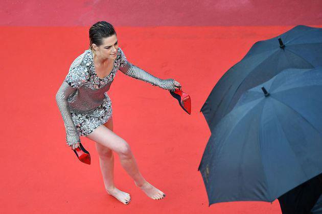Kristen tampak begitu santai saat membawa sepatunya/copyright AFP/sry