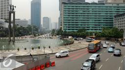 Sejumlah kendaraan melintas di sekitar kawasan Bundaran Hotel Indonesia, Jakarta, Senin (4/1/2016). Pasca libur panjang perayaan Natal 20015 dan Tahun Baru 2016, sejumlah ruas jalan ibukota mulai dipadati pengendara. (Liputan6.com/Helmi Fithriansyah)