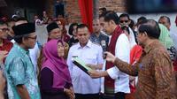 Presiden Jokowi menyerahkan sertifikat tanah untuk tokoh pers Adinegoro. (Liputan6.com/Hanz Jimenez Salim)