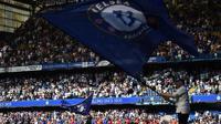 Bendera raksasa dikibarkan menyambut para pemain Chelsea dan Liverpool pada laga Premier League di Stadion Stamford Bridge, London, Minggu (6/5/2018). Chelsea menang 1-0 atas Liverpool. (AFP/Glyn Kirk)