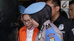Tersangka kasus dugaan penyebaran berita hoaks, Ratna Sarumpaet bersiap diserahkan ke Kejari Jaksel dari Polda Metro Jaya, Kamis (31/1). Penyidik menyerahkan Ratna Sarumpaet dan barang bukti karena berkasnya sudah lengkap. (Liputan6.com/Faizal Fanani)
