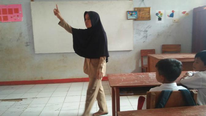 Nining (44), guru honorer yang sudah 15 tahun mengabdi di SDN Karyabuana 3, Kecamatan Cigeulis, Kabupaten Pandeglang, Banten, terpaksa membuat 'rumah' satu atap dengan toilet sekolah dalam dua tahun terakhir. (Liputan6.com/Yandhi Deslatama)