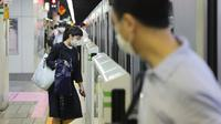 Orang-orang menaiki kereta di Tokyo, 14 Juni 2020. Pemerintah kota metropolitan Tokyo pada Minggu (14/6) mengonfirmasi 47 kasus infeksi baru corona, hanya beberapa hari setelah Gubernur Tokyo Yuriko Koike mencabut status waspada COVID-19 agar semua bisnis dapat dibuka kembali. (Xinhua/Du Xiaoyi)