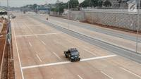Mobil melintas di dekat proyek Tol Depok-Antasari (Desari) seksi 1 di Jakarta Selatan, Selasa (17/7). Direncanakan tol seksi 1 yang menghubungkan Antasari-Brigif tersebut diresmikan pada Agustus 2018 mendatang. (Liputan6.com/Immanuel Antonius)