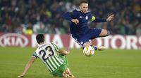 Aissa Mandi yang merupakan pemain Real Betis piawai dalam bermain sebagai bek tengah. Ia juga mampu tampil sebagai bek kiri dan bek kanan. (Foto: AFP/Cristina Quicler)