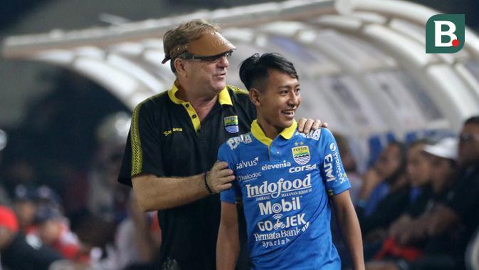 Pelatih Persib Bandung bersama Beckham Putra saat melawan Persipura Jayapura pada laga Liga 1 2019 di Stadion Si Jalak Harupat, Bandung, Sabtu (18/5). Persib menang 3-0 atas Persipura. (Bola.com/M Iqbal Ichsan)