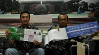 Menpora Imam Nahrawi (kiri) menunjukkan Blue Print dan Road Map saat jumpa pers terkait pembentukan tim transisi PSSI di kantor Kemenpora, Jakarta, Jumat (8/5/2015). Menpora mengumumkan sejumlah nama yang menjadi Tim Transisi. (Liputan6.com/Yoppy Renato)