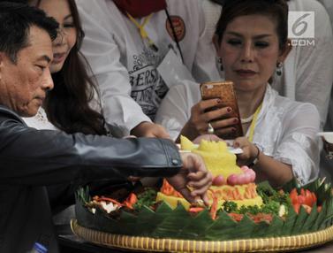 Moeldoko Potong Tumpeng di Syukuran Relawan Jokowi - Ma'ruf Amin