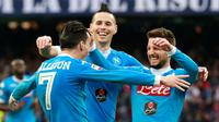 Pemain Napoli, Jose Maria Callejon, disambut rekan-rekannya setelah mencetak gol ke gawang Empoli pada lanjutan Serie A Italia di Stadion San Paolo, Minggu (31/1/2016) malam WIB. (AFP/Carlo Hermann)