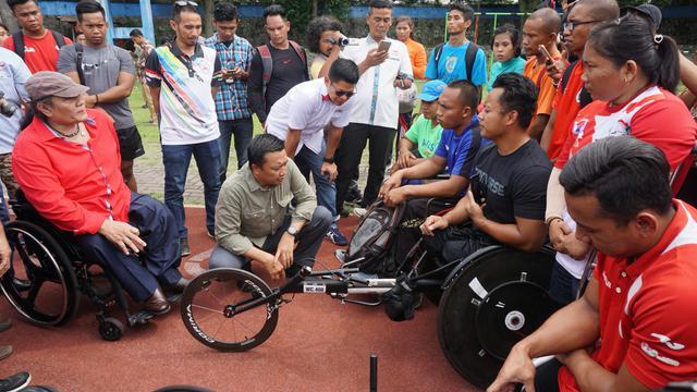 Menteri Pemuda dan Olahraga (Menpora) Imam Nahrawi, bersama atlet Asian Para Games 2018
