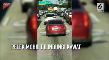 Sebuah mobil menjadi pusat perhatian pengguna jalan lantaran di setiap sisi pelek dilindungi kawat menonjol.