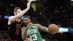 Pemain Boston, Marcus Morris (13) berusaha melewati adangan pemain Cleveland, Kevin Love (0) pada gim keempat final Wilayah Timur NBA basketball di Quicken Loans Arena (21/5/2018). Cavaliers menang 111-102. (AP/Tony Dejak)