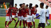 Para pemain Timnas Indonesia U-16 merayakan gol Sutan Zico saat melawan Timor Leste pada laga grup G Piala AFC U-16 di Stadion Rajamangala, Bangkok, Senin (18/9/2017). Timnas Indonesia U-16 menang 3-1. (Bola.com/PSSI)
