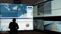 Tampilan data yang ada di Command Center Kantor Kementerian Perhubungan, Jakarta, Minggu (25/12). Menhub Budi Karya memastikan angkutan pada Natal 2016 dan Tahun Baru 2017 berjalan lancar. (Liputan6.com/Helmi Fithriansyah)
