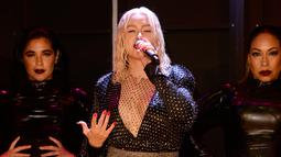 Christina Aguilera saat menghibur penonton dalam acara pembukaan New York Fashion Week di New York City, AS (9/9). Christina Aguilera tampil seksi menggenakan busana hitam jaring-jaring. (AFP Photo/Fernanda Calfat)
