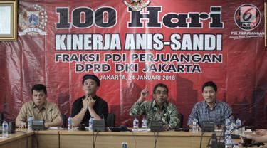 Ketua Fraksi PDI Perjuangan DPRD DKI Jakarta Gembong Warsono (kedua kanan) saat memberikan keterangan pers 100 hari kinerja Anies-Sandi di Gedung DPRD DKI Jakarta, Rabu (24/1). (Liputan6.com/Arya Manggala)