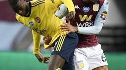 Pemain Arsenal Nicolas Pepe (kiri) berebut bola dengan pemain Aston Villa Douglas Luiz pada pertandingan Liga Premier Inggris di Villa Park, Birmingham, Inggris, Selasa (21/7/2020). Aston Villa menang 1-0. (AP Photo/Peter Powell, Pool)