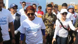Menteri Kelautan dan Perikanan Susi Pudjiastuti tiba di Pantai Timur Ancol, Jakarta, Minggu (18/8/2019). Gerakan Menghadap Laut 2.0 akan diikuti oleh puluhan komunitas pecinta laut dan influencer serentak di lebih dari 100 titik lokasi di seluruh Indonesia. (Liputan6.com/Herman Zakharia)