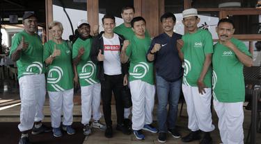 Legenda olahraga Indonesia foto bersama Indra Sjafri dan Egy Maulana, di Yogyakarta, Rabu (18/7/2018). Momen spesial tersebut terjadi jelang rangkaian acara pawai obor Asian Games 2018. (Bola.com/M Iqbal Ichsan)