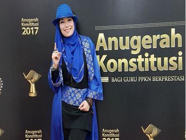 Gaya rocker ala Inka Christie saat hadiri  Anugerah Konstitusi Bagi Guru PPkn Berprestasi Se- Indonesia 2017 silam. Paduan antara hijab dengan sepatu boots warna hitam membuat ia semakin menawan (Liputan6.com/Instagram/@inka_christie99)
