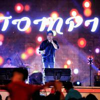 Penyanyi fenomenal Tompi menjadi salah satu penampil di panggung Meikarta Music Festival pada Jumat (25/8/2017). Keberaadaan Tompi saat itu tentu berhasil memikat para pengunjung di hari itu. (Adrian Putra/Bintang.com)