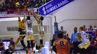 Pemain Surabaya Bhayangkara Samator Riedel Alfonso Gonzales Toiran melepaskan smes saat menghadapi Palembang Bank SumselBabel pada putaran kedua Proliga 2018 di Palembang Sport Convetion Centre (PSCC). Jumat (9/3/2018). (Liputan6.com/Indra Pratesta)