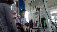 Pengisian BBM kendaraan roda dua di salah satu SPBU di Palembang (Liputan6.com / Nefri Inge)