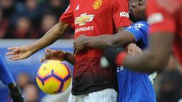 Striker Manchester United, Marcus Rashford berebut bola dengan pemain Leicester City Ricardo Pereira saat bertanding pada Premier League di King Power Stadium, Leicester, Inggris, Minggu (3/2). MU menang 1-0. (AP Photo/Rui Vieira)