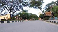 Jalanan di Kota Kendari yang sepi, usai instruksi pembatasan keluar rumah oleh walikota kendari untuk mengantisipasi penyebaran Corona Covid-19, Jumat (10/4/2020).(Liputan6.com/Ahmad Akbar Fua)