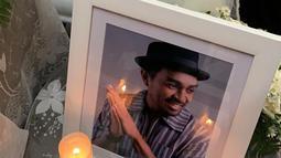 Foto Glenn Fredly dipajang saar persemayaman di GPIB Sumber Kasih, Lebak Bulus, Jakarta, Kamis (9/4/2020). Rencananya jenazah mendiang Glenn Fredly akan dimakamkan di TPU Tanah Kusir. (Foto: Istimewa)