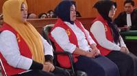 Trio emak-emak yang lakukan kampanye hitam terhadap capres Jokowi mendengarkan vonis hakim Pengadilan Negeri Karawang. (Liputan6.com/Abramena)