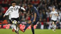 Gelandang Jerman, Leroy Sane, berusaha melewati bek Inggris, Joe Gomez, pada laga persahabatan di Stadion Wembley, London, Jumat (10/11/2017). Kedua negara bermain imbang 0-0. (AP/Kirsty Wigglesworth)