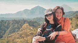 Enggak cuma di luar negeri, wanita kelahiran Jakarta ini juga menikmati pemandangan alam di Indonesia. Bersama sang mama, bintang sinetron ini berkunjung di Gunung Batur, Bali.  (Liputan6.com/IG/natashawilona12)