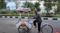 Bikin Haru, Begini Kisah Kakek 66 Tahun Penjual Es Krim Keliling di Jalanan Surabaya (dok. YouTube/Budiono Sukses/ https://www.youtube.com/watch?v=2XGWQDZ1F4/ Brigitta)
