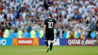 Pemain Argentina, Lionel Messi setelah gagal mengeksekusi penalti dalam  laga Grup D Piala Dunia 2018 antara Argentina dan Islandia di Stadion Spartak, Moskow, Rusia, Sabtu (16/6). Pertandingan berakhir imbang 1-1. (AP Photo/Antonio Calanni)
