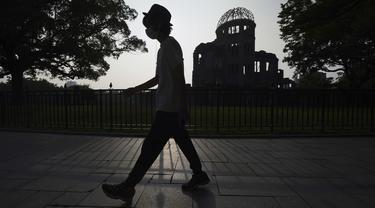 Kubah Bom Atom terlihat saat senja di Hiroshima, Jepang barat, Selasa (4/8/2020). Kota Hiroshima pada Kamis, 6 Agustus, menandai peringatan 75 tahun pemboman atom AS. (AP Photo / Eugene Hoshiko)