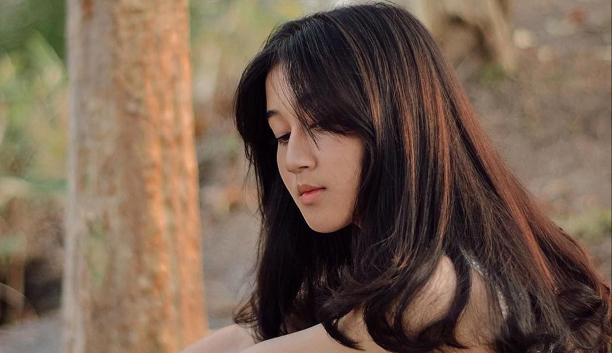 Keisya Levronka, gadis kelahiran Malang, 2 Februari 2003 yang penampilannya menyita perhatian. Keisya yang berparas cantik sukses menghibur banyak orang berkat bakat bernyanyinya di panggung Indonesian Idol 2019. (Liputan6.com/IG/@keisyalevronka)
