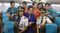 Kapten pilot Garuda Indonesia Ida Fiqria dan kopilot Sari Ardisa berpose dengan para pramugari di bandara Minangkabau, Padang, Sumbar, Jumat (21/4). (Liputan6.com/Angga Yunair)