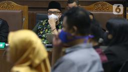Terdakwa kasus suap dana hibah Kemenpora kepada KONI, Imam Nahrawi menyimak keterangan saksi saat menjalani sidang lanjutan di Pengadilan Tipikor Jakarta, Rabu (18/3/2020). Sidang lanjutan ini menyimak keterangan saksi-saksi. (Liputan6.com/Helmi Fithriansyah)