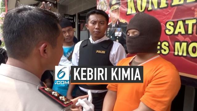 Pelaku pedofilia yang melakukan kekerasan seksul pada 9 bocah di Mojokerto dijatuhi hukumn tambahan kebiri kimia. Keluarga pelaku keberatan karena pelaku diduga menngalami ganguan kejiwaan.