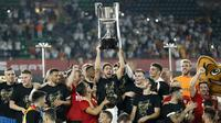 Para pemain Valencia merayakan gelar juara Copa del Rey usai mengalahkan Barcelona pada laga Copa del Rey di Stadion Benito Villamarin, Sevilla, Sabtu (25/5). Barcelona kalah 1-2 dari Valencia. (AFP/Pau Barrena)