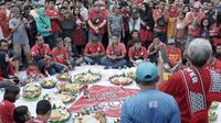 Acara tumpengan yang dilakukan kelompok suporter Persis, Pasoepati, pada hari jadi ke-20 tahun. (Bola.com/Vincentius Atmaja)