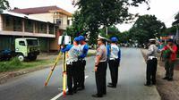 Polisi melakukan olah Tempat Kejadian Perkara (TKP) insiden kecelakaan truk maut yang menewaskan 5 orang dan 6 orang lainya mengalami luka-luka di Desa Jatisawit, Kecamatan Bumiayu, Brebes, Selasa 11 Desember 2018. (Liputan6.com/ Fajar Eko Nugroho)